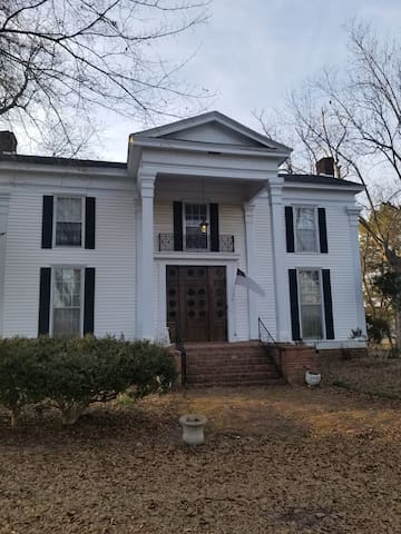 Greek revival home built 1833. Historic getaway!