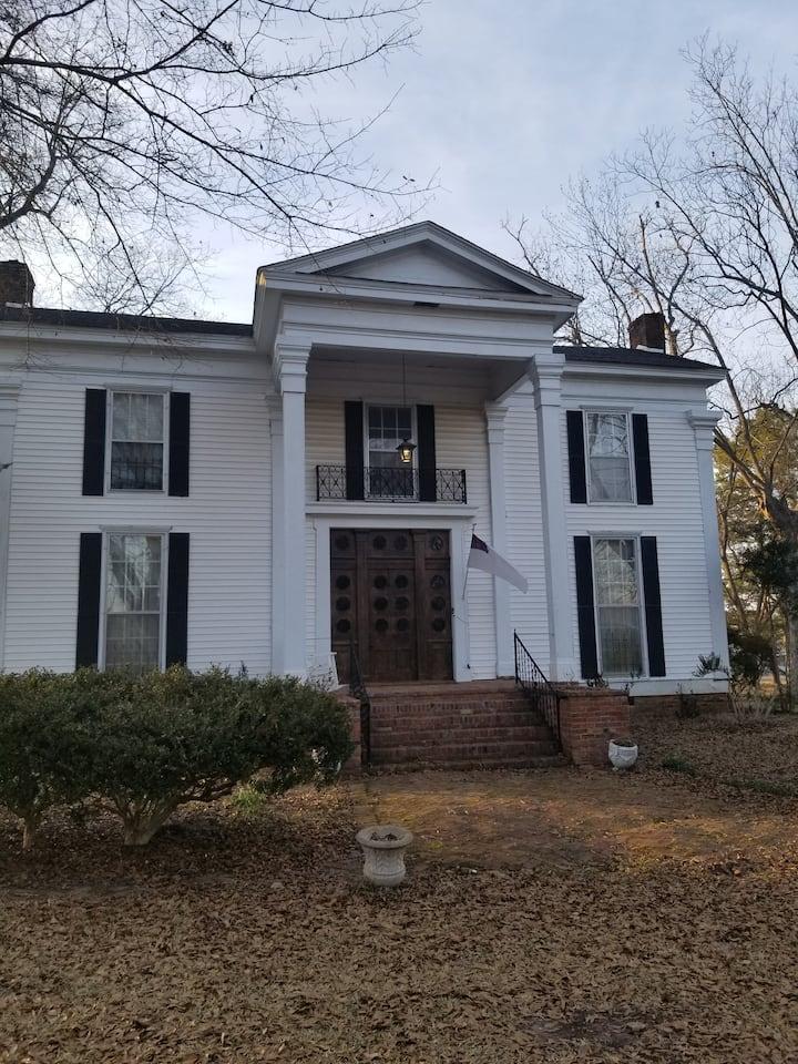 Greek revival home built 1833. Historic getaway!