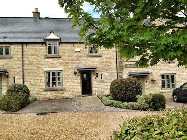 STOW COTTAGE, family friendly in Stow-On-The-Wold, Ref 988649