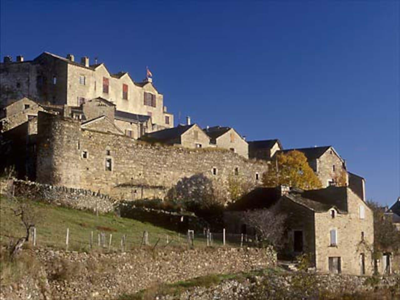 Le gîte se situe dans l'enceinte du village médiéval, à l'abri du château.