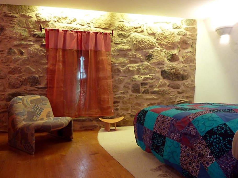 La chambre avec sa meurtrière. Plus un espace massage et un coin toilette.