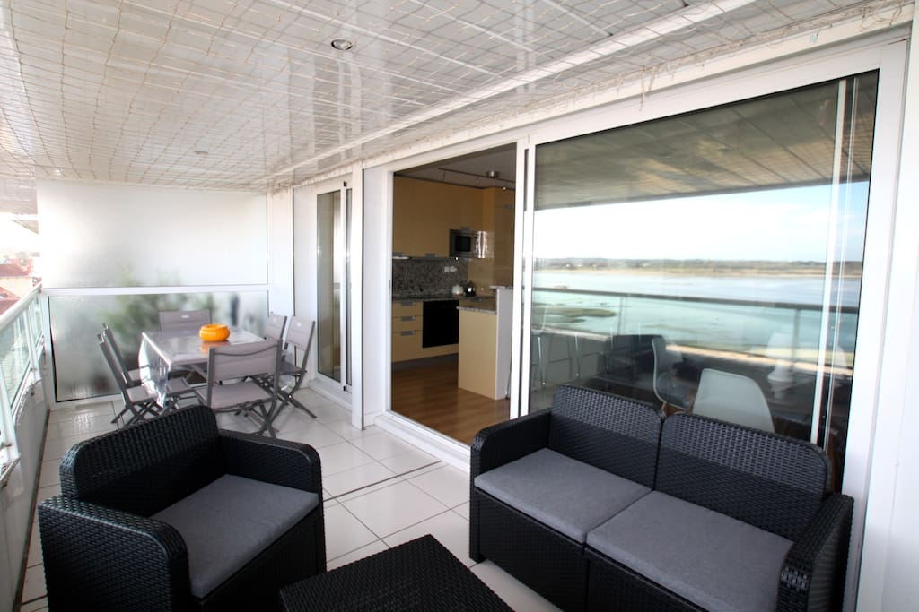 Terrasse avec table et salon de jardin