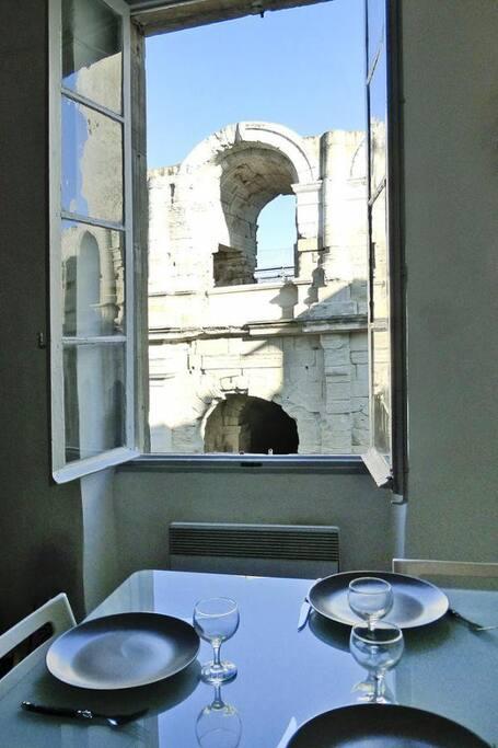 Déjeuner face aux arénes romaine d'Arles...
