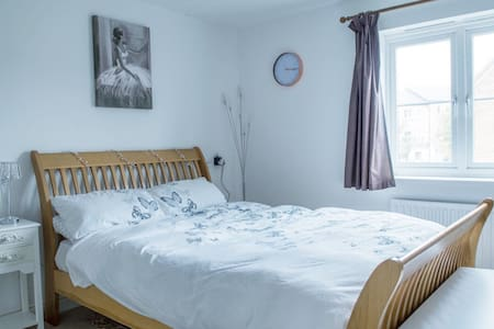 Quiet & Cosy, Large Double Room & Private Bathroom
