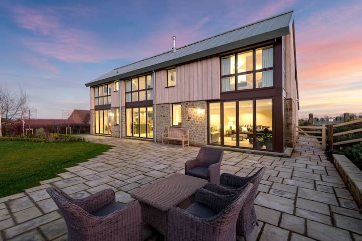 Sleeps10 , 5* Luxury, M1, High Quality House