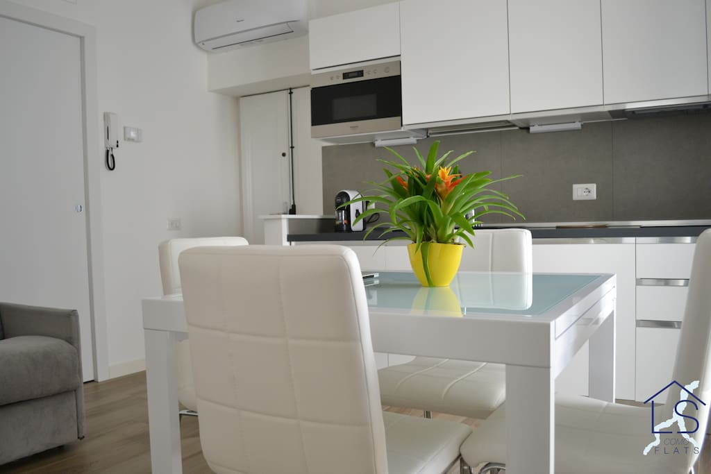 """Lovely Flat"" provides every comfort to its guests; smart thermostat, air conditioning, wi-fi, microwave, digital TV - ""Lovely Flat"" fornisce ogni comfort ai suoi ospiti; termostato intelligente, aria condizionata, wi-fi, forno a microonde, TV digitale."