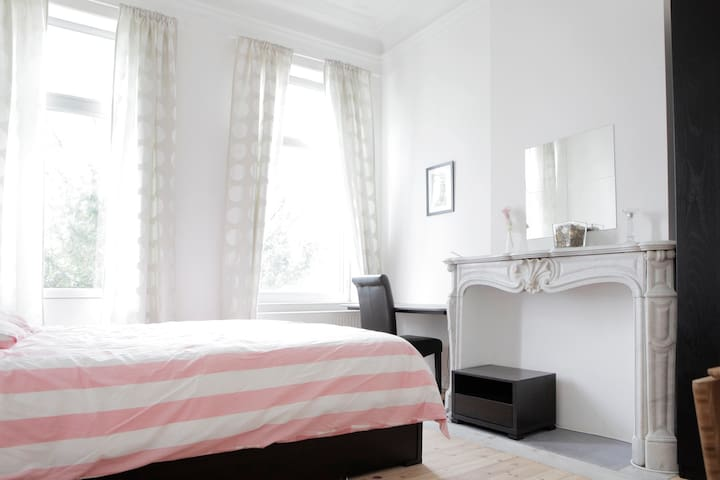 Cosy room in center EU area (Place Jourdan)