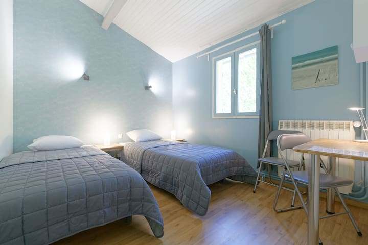 Chambre bleue dans gîte du Gers proche Toulouse