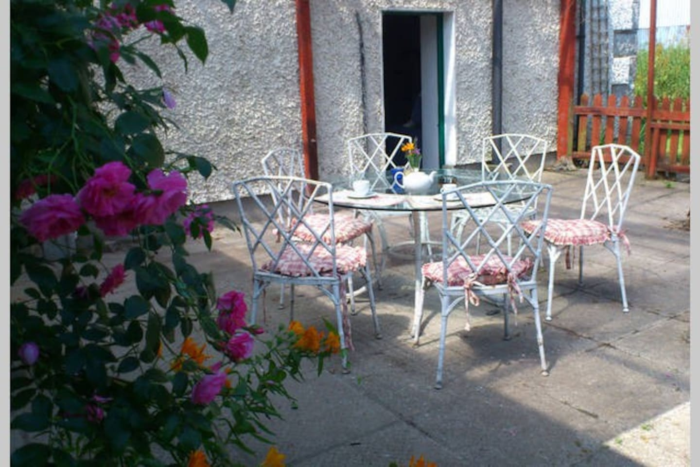 A covered patio to the rear of the cottage offers private al fresco dining.