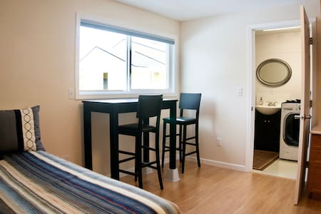 Seperate entry, private suite near highway 217 - Tigard - Dům