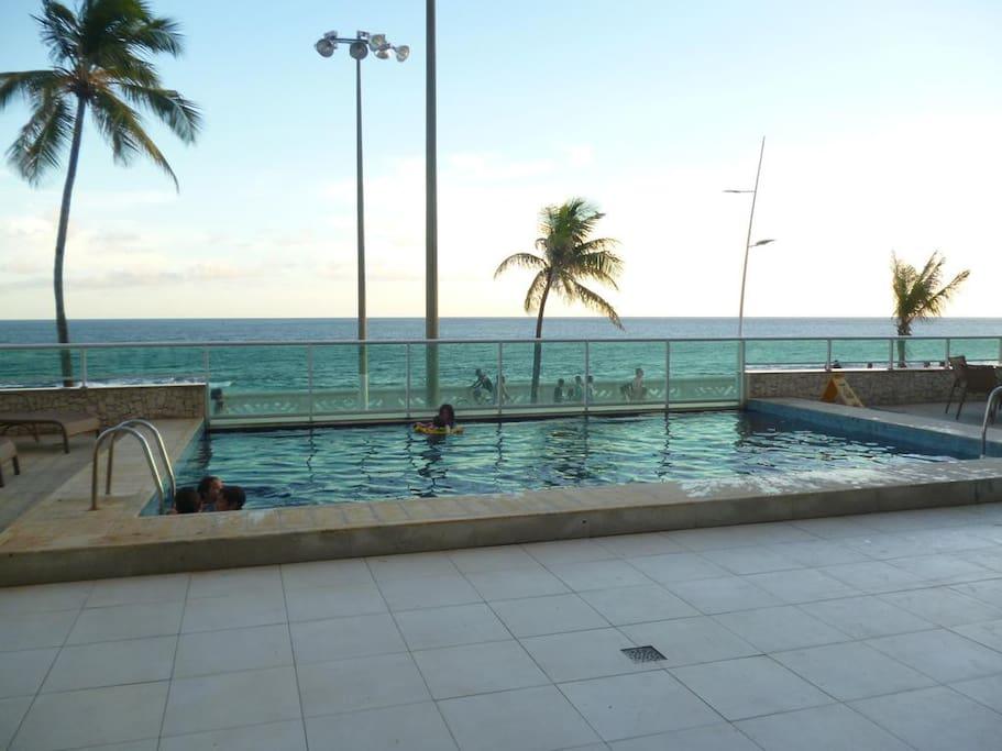 piscina com borda para o mar