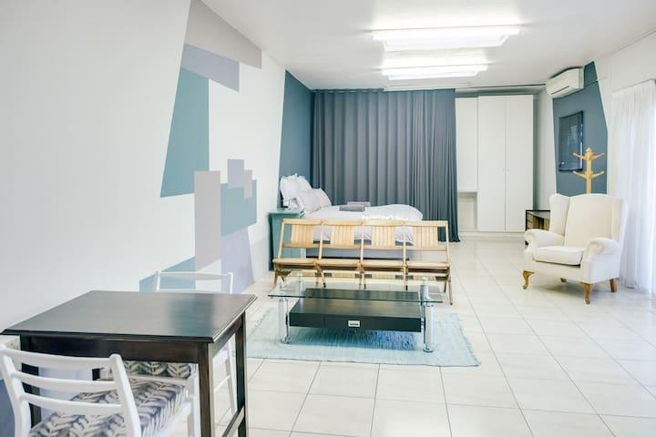 Spacious Queen bed studio apartment in quiet area
