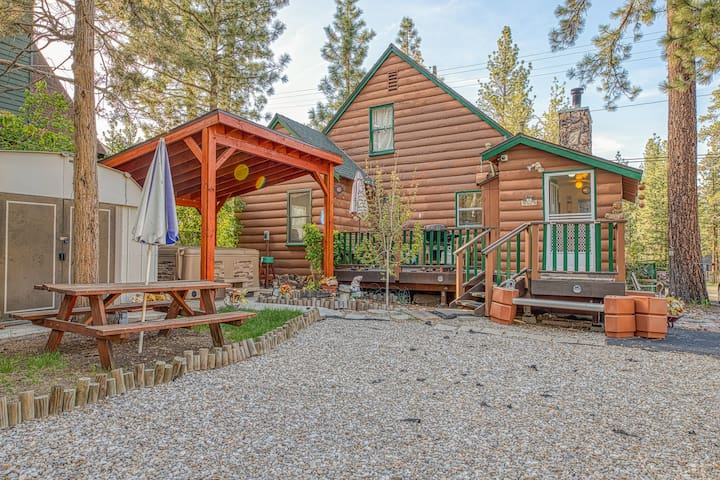 Cute pet-friendly cabin with private hot tub, forest views