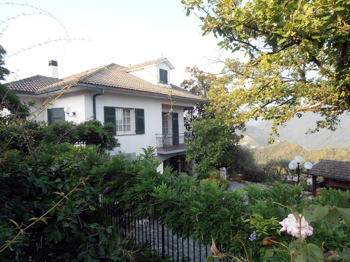 Elegant and roomy apartment on the hill of Chiavari, calm + relaxation assured