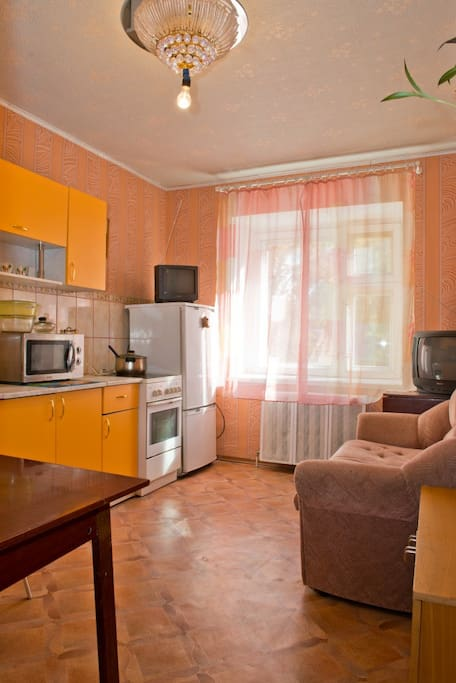 Большая кухня с диваном, как дополнительная комната!