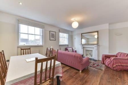Sunny flat by Holland Park, High Street Kensington - London
