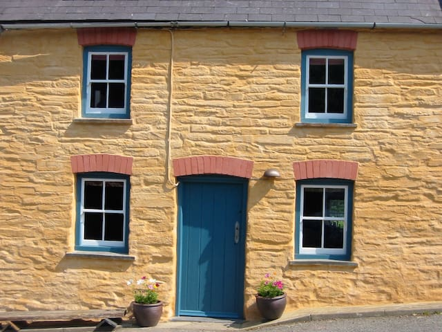 Cosy Pembrokeshire cottage - Abercych - House