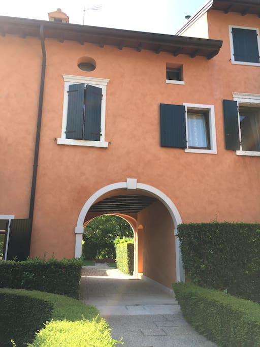 Sotto l'arco la scala per salire alla Casa di Clementina