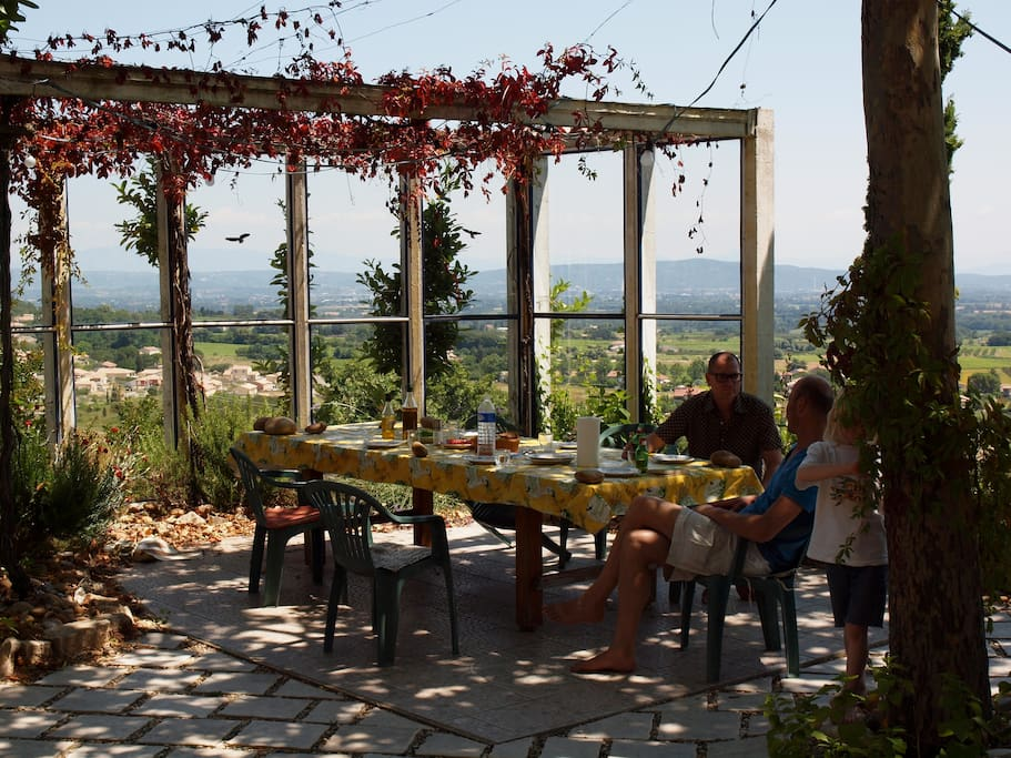 A vast terrace with all you need for a great barbecue or a breakfast in the sun.