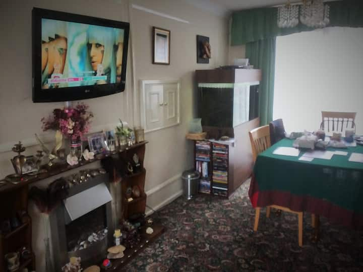 Small single room in shared townhouse with gardens
