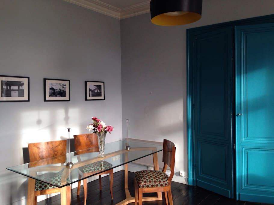 Salle à manger, chaises en noyer (début 20ème s.), assise en toile de laine.