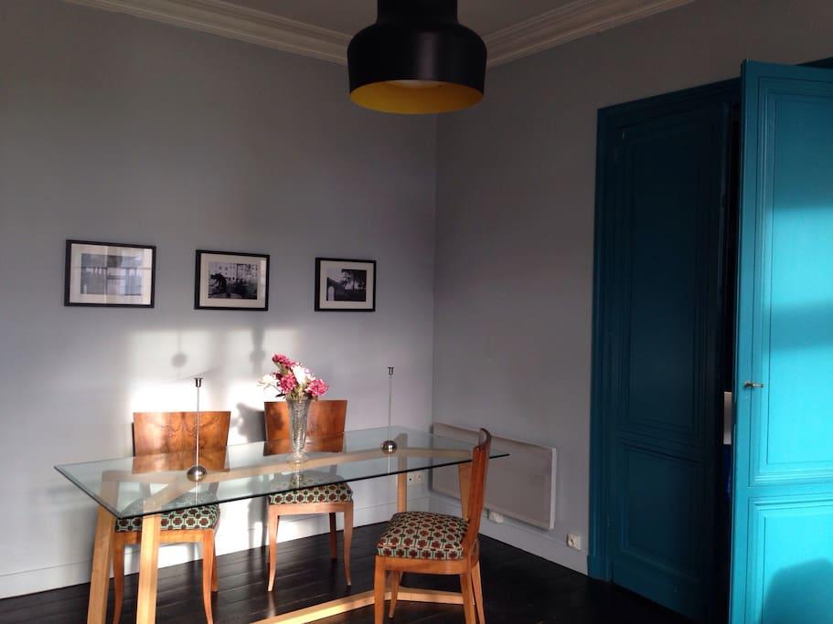 Salle à manger, table en chêne et verre. Design contemporain d'inspiration scandinave.