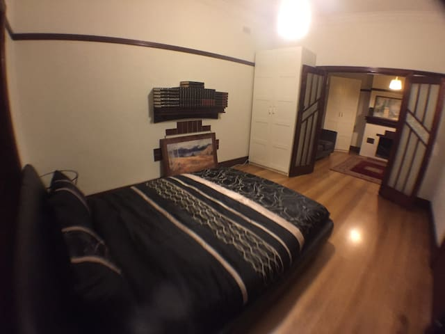 Huge room+own living room+near everything 3mins - Footscray - Talo