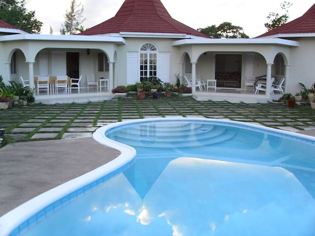 4 bedroom private villa with pool - Runaway Bay - Vila