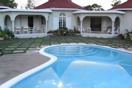 4 bedroom private villa with pool - Runaway Bay - Villa