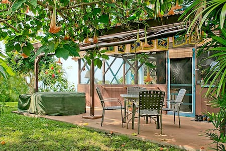 Tropical Hideaway w/ Pool, Hot Tub - Captain Cook - Huoneisto