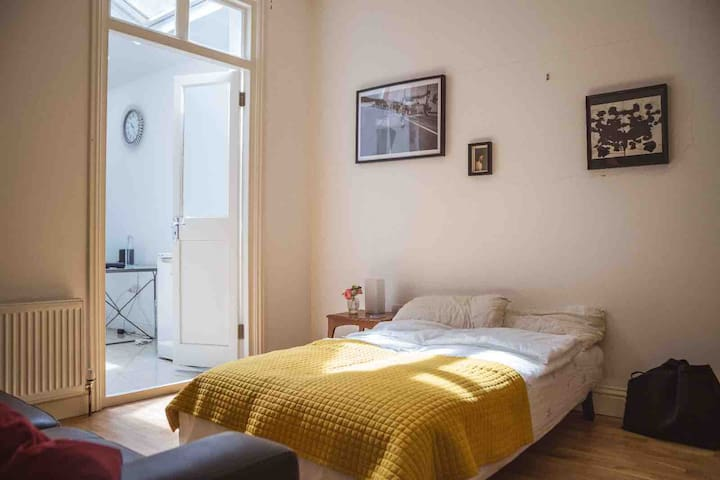 Clean and modern double guest room in cool Peckham