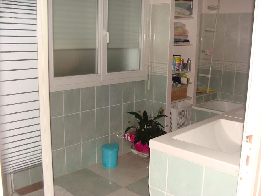 Salle de bain: douche, baignoire, 2 lavabos.