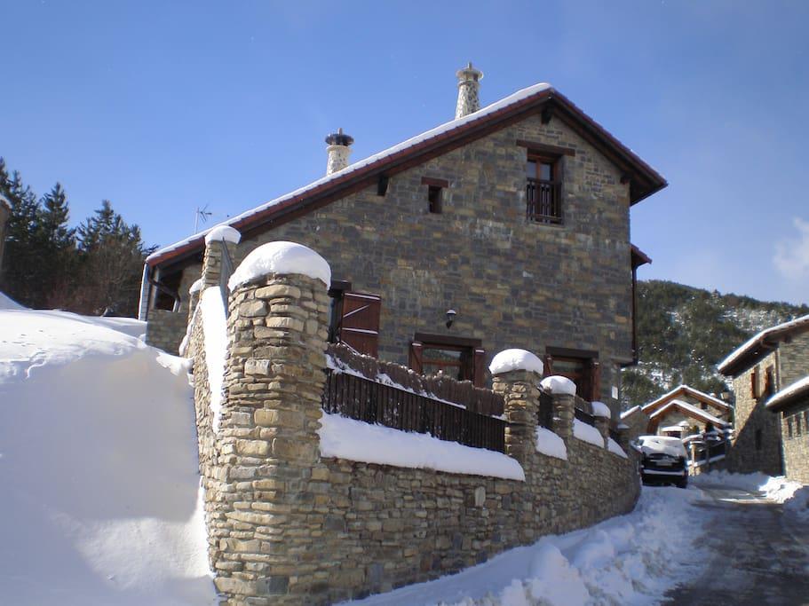 Exterior de la casa en invierno