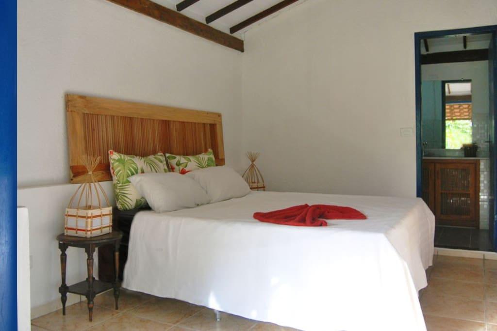 SUITE GUARÀ camera con letto matrimoniale con bagno e veranda esterna tavolo e amaca