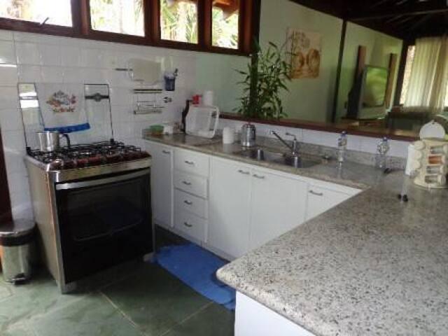 Cozinha com todos os equipamentos e utensílios novos