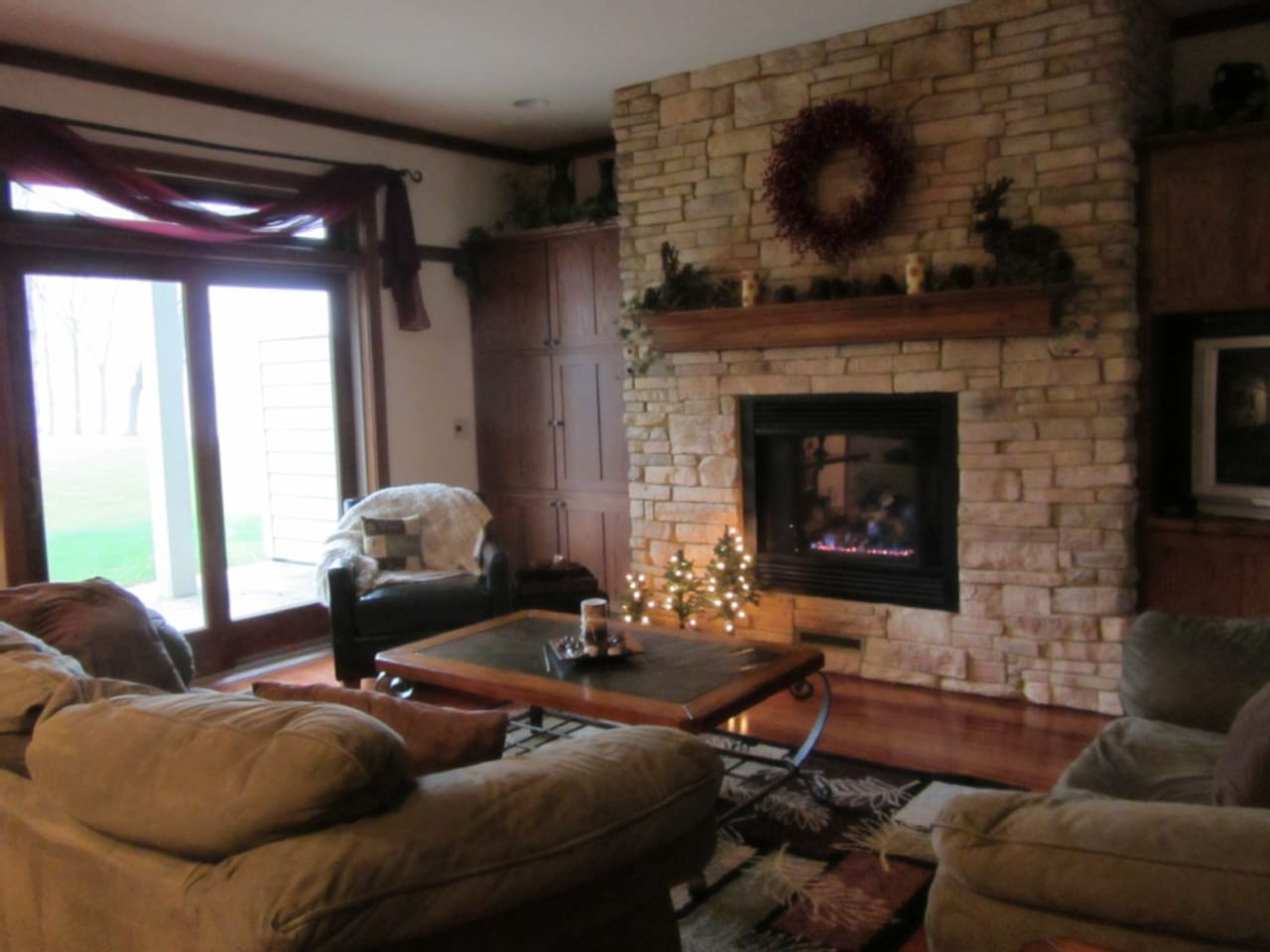 Living Room with fireplace, HD TV and seating for 7