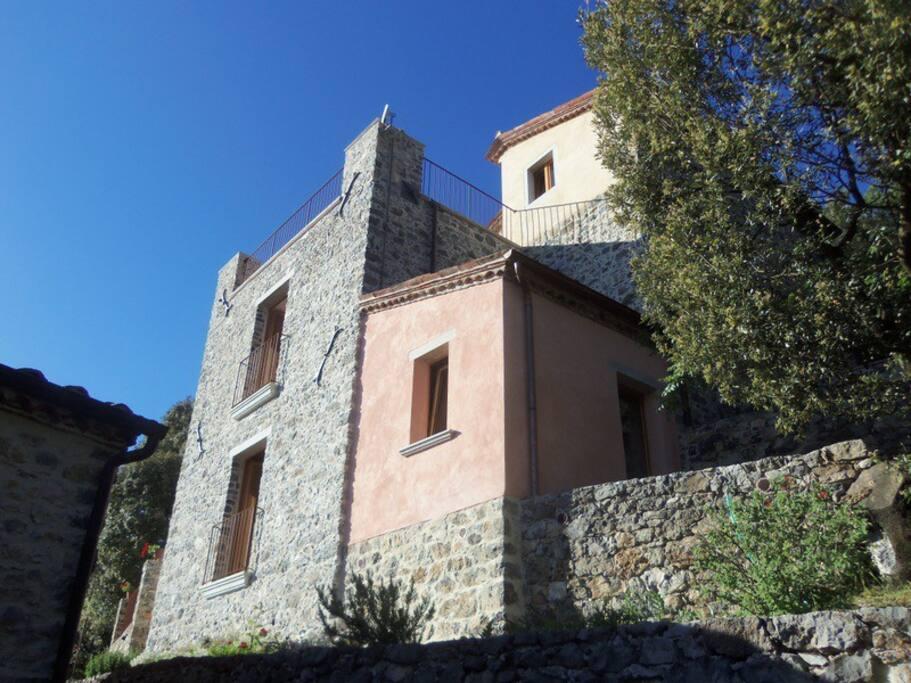 Casa Soprana vista dal basso