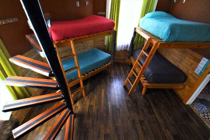 Shared room with comfortable bunk beds, for maximum 8 people, has a private bathroom and locker area upstairs. Each bed has a small lamp, and double electric socket.  Pieza compartida con camas comodas, bano privado y lockers. Max.8 personas.