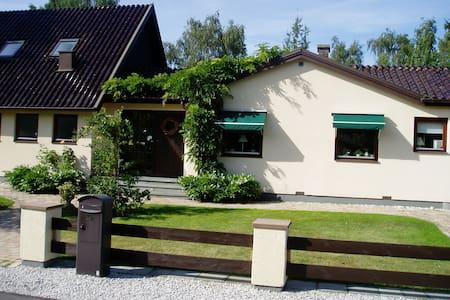 Live close to the beach - Höllviken - Casa