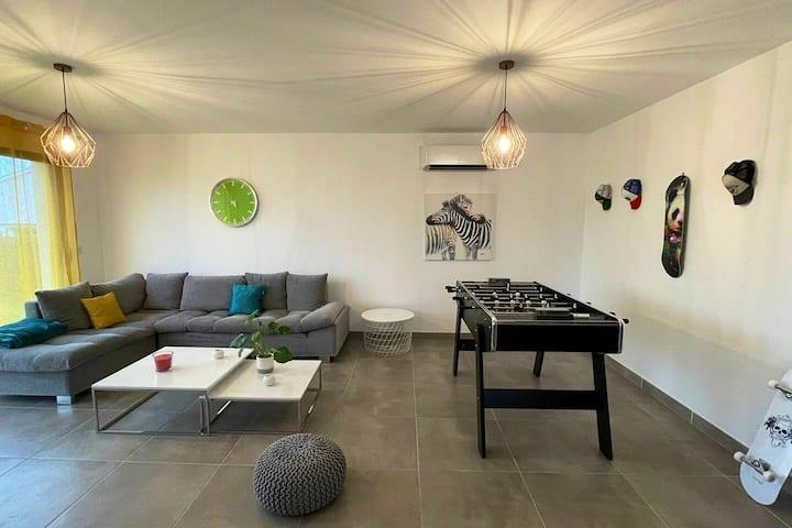 Chambre privée dans villa neuve, parking et clim