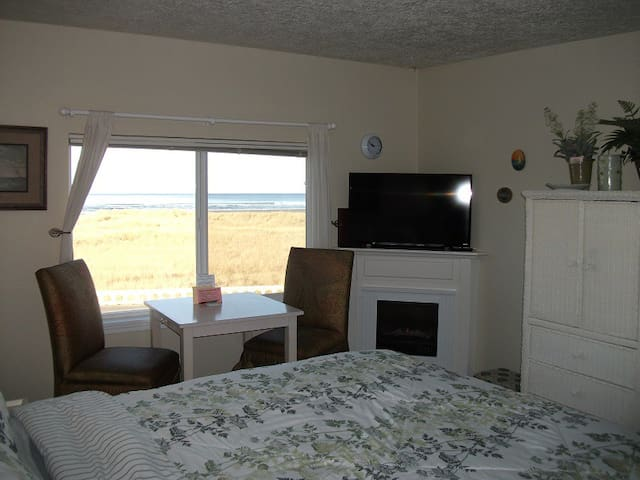 Cute Oceanfront Studio Condo! (204) - Seaside