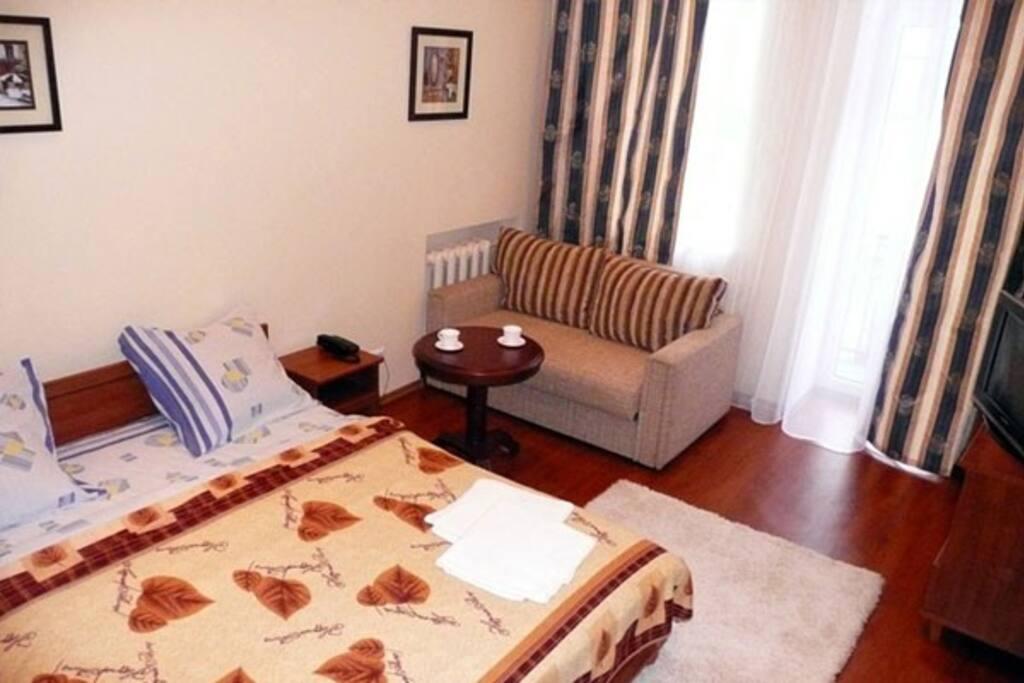 Двуспальная кровать и раскладной диван