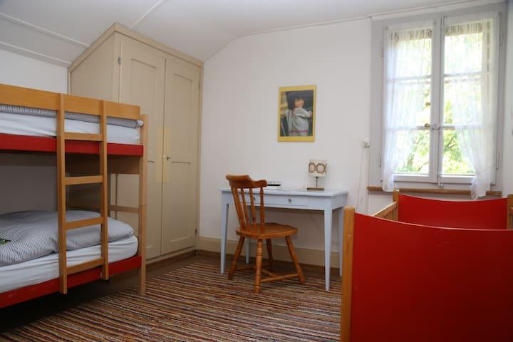 Kinderschlafzimmer und Babybett