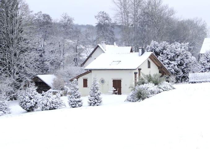 Le gîte en hiver sous la neige.