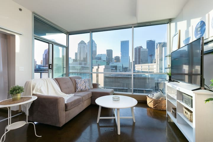 *Beautiful 2 BR Downtown Oasis - *W/ UG PARKING *