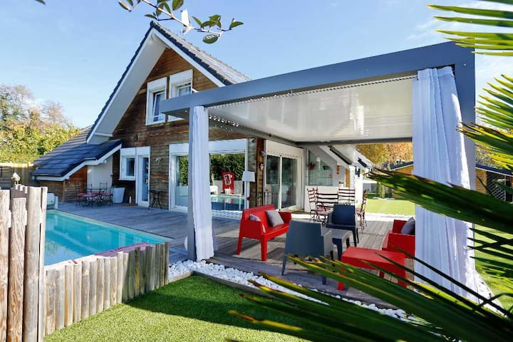 House & pool in Chambery  Bed Green