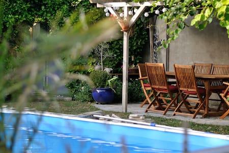 Studio dans propriété, jardin arboré, piscine
