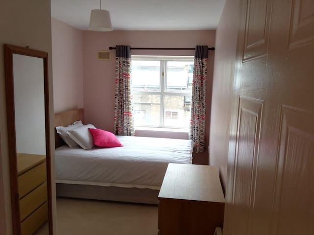 Cosy Bedroom in Dublin's Docklands