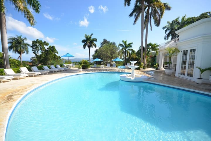 PRIVATE POOL! CHEF! BASKET BALL! TENNIS COURT! FAMILY FRIENDLY!