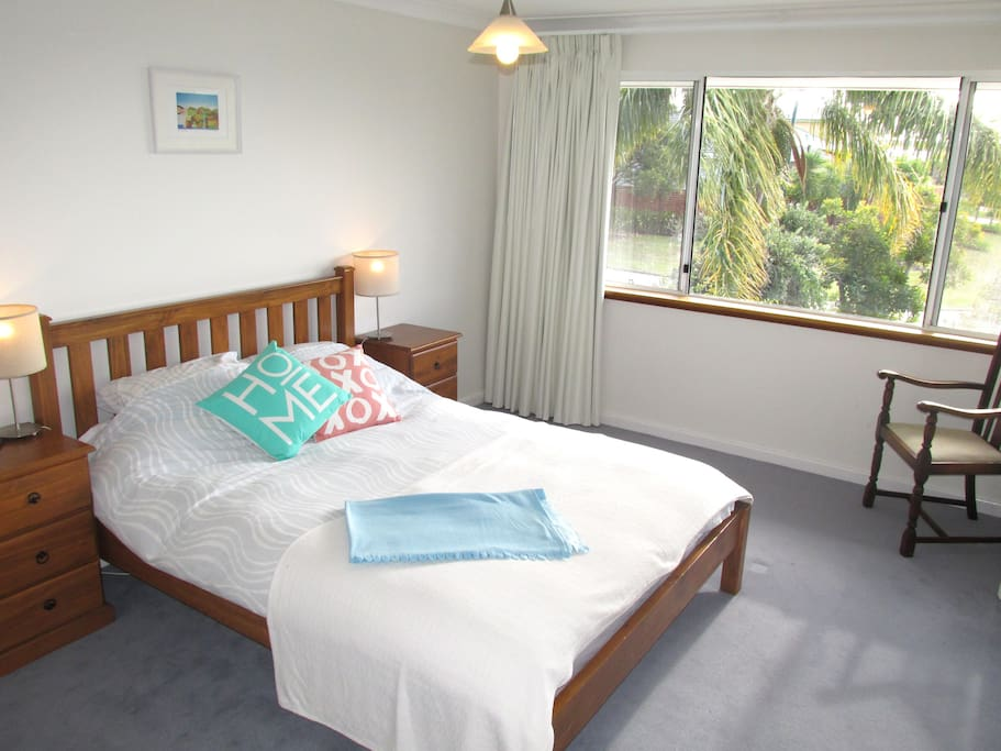 Large, quiet and comfortable north-facing double room